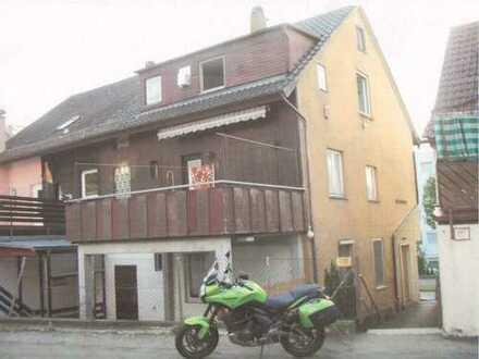 Schöne, ältere und renovierungsbedürftige Doppelhaushälfte mit Terrasse und Balkon