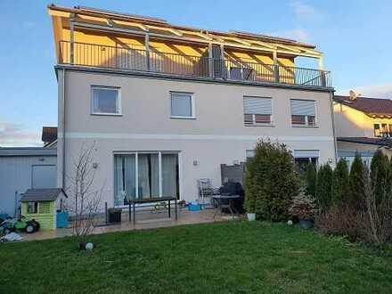 Moderne Doppelhaushälfte mit großem Garten