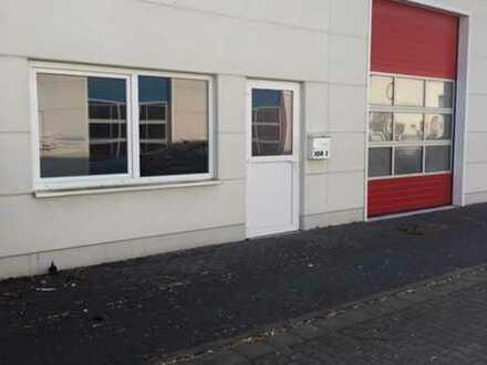 Neuwertige Halle mit Sektionaltor und Büroeinbauten, geeignet als Lager Werkstatt oder Servicefläche