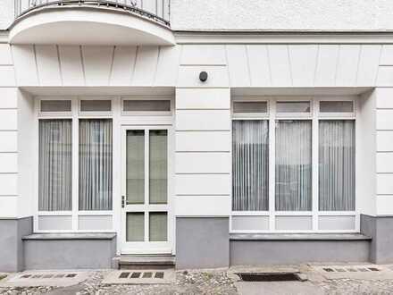 Gewerbeeinheit mit kompakter Ladenfläche, großer Fensterfront und Garten