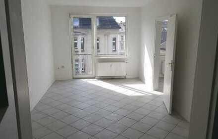 Schöne, renovierte 2-Zimmer-Wohnung in zentraler Lage in DU-Beeck!!!