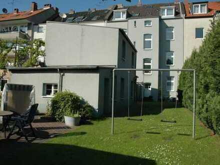Hübsche, umfangreich renovierte 3 Zimmer Altbauwohnung mit Gartenmitbenutzung