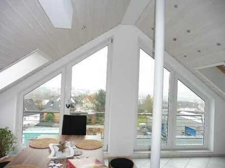 Helle und sonnige 2,5 Zi-Dachstudiowohnung m. offenem Wohnbereich u.herrlichem Fernblick in S-W-Lage