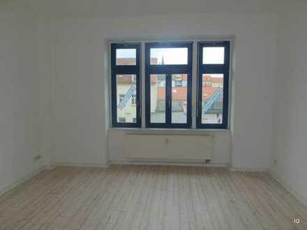 """Hübsche 2-Zimmer-Wohnung mit Laminatboden """"Dielenoptik"""", separater Essküche & Badewanne"""