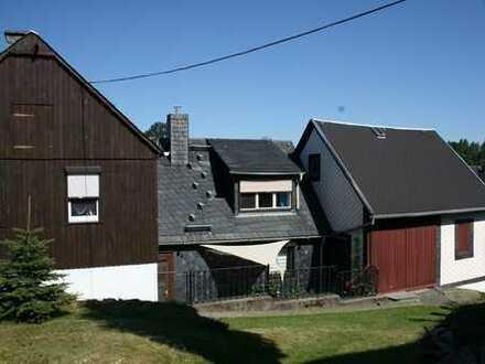 Gepflegtes Wohnhaus mit Nebengebäude, Garage und Garten