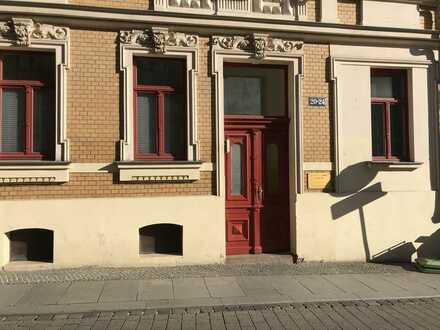Vollständig renovierte Dachgeschosswohnung mit drei Zimmern und EBK in Halle (Saale)