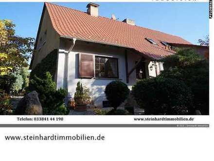 ***Am Waldesrand***Beschauliches Einfamilienhaus als DHH auf geschmackvoll angelegtem Grundstück