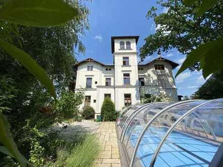 Stadtvilla im Florentiner Stil mit überdachtem Außenpool, Solar + Wärmepumpe, Gewerbe + Wohnen