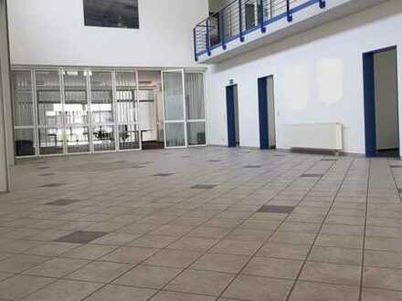 Gepflegte Büro- und Hallenflächen mit 2 Garagen und vielen Stellplätzen zu verkaufen