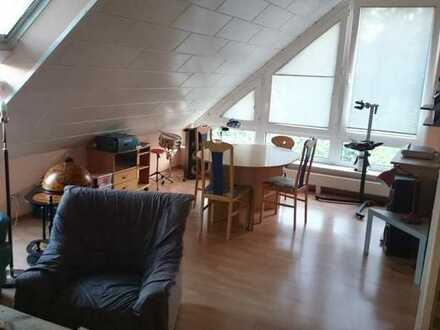 Zimmer in 3er WG mit riesigem Wohnzimmer und Bad!