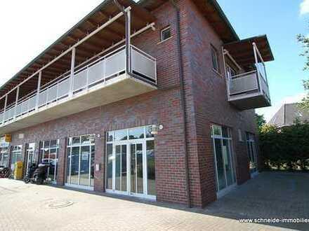Laden-/Bürofläche mit Außenterrasse im Erdgeschoss eines kleinen Nahversorgungszentrum