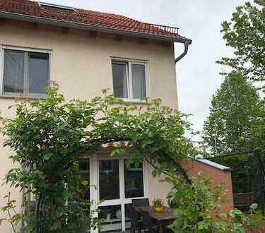 Gepflegtes Reiheneckhaus (Niedrigenergiehaus) mit Terrasse, Balkon, Garage, Stellplatz und Garten