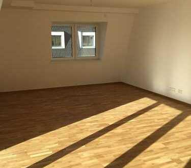 Helle und große 3-Zimmer Wohnung mit Dachterrasse ab SOFORT frei