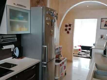 Vollständig renovierte EG-Wohnung mit vier Zimmern und Balkon in Ludwigshafen