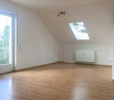 Profi Concept: Niedernberg, frisch renovierte 2-Zimmer-DG-Whg. mit Balkon in ruhiger Feldrandlage