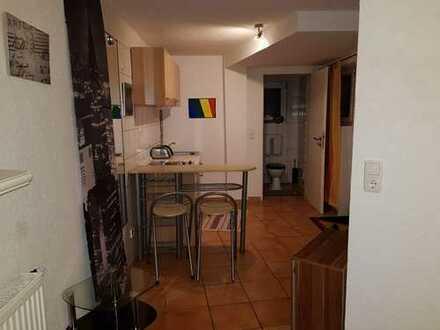 20m² Zimmer mit eigenem Eingang, eigenem Duschbad und eigener kleinen Küchenzeile, möbliert