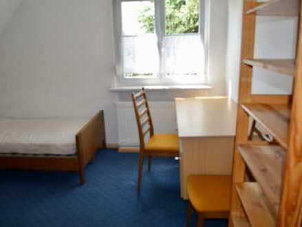 Helles möbliertes Zimmer in 5er Studenten-WG