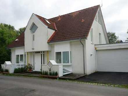 Freistehendes Einfamilienhaus in Düsseldorf-Urdenbach mit ungewöhnlich großer Nutzfläche