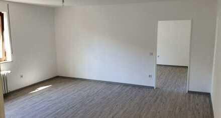 Komplett frisch renovierte 2 ZKB-Wohnung mit Garage zu vermieten!