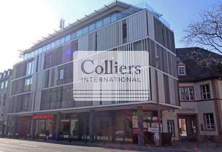 Laden-/Bürofläche mit großer Fensterfront in guter Sichtlage nahe Schillerplatz