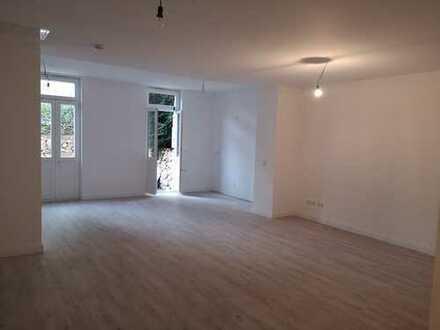 Neu sanierte großzügige Wohnung in beliebter Lage mit separatem Eingang