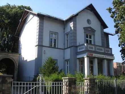 Villa und Nebengebäude mit Bebauungsreserve in Pankow-Niederschönhausen