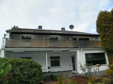Traumwohnung in 2-Familienhaus. Schicke 4 ZKDB, großer Sonnenbalkon in sehr ruhiger Wohnlage.