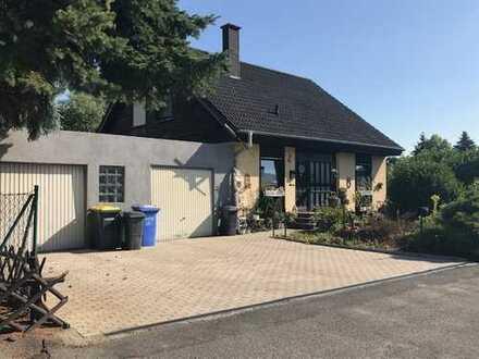 Anprechendes freistehendes Einfamilienhaus mit 2 Garagen oder Abbruch und Neubau eines Doppelhauses