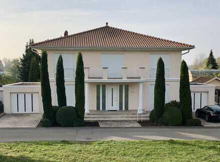 Mediterrane Villa am See mit Seegrundstück