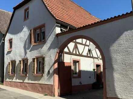 Charmantes Altbau-Haus mit Blick auf das Hambacher Schloss