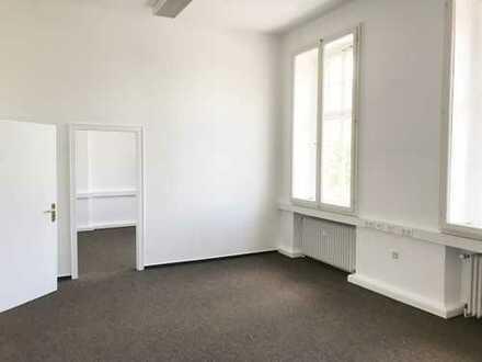 **Provisionsfreie Büroeinheit am Wall, 5 Räume mit hohen Decken, Sanitäreinheit, Pantryküche & EDV**