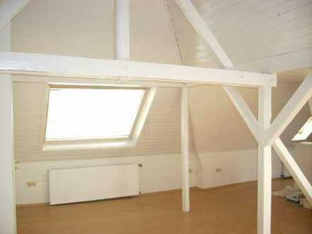 Gepflegte 2-Zimmer-Dachgeschosswohnung mit Einbauküche in Neuehrenfeld, Köln