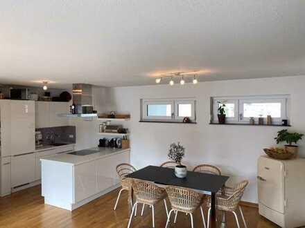 Neuwertige 4-Raum-Penthouse-Wohnung mit Balkon und Einbauküche in Fürth