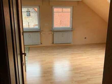 Gepflegte 1-2 Personen DG-Wohnung mit zweieinhalb Zimmern und Einbauküche in Blankenbach