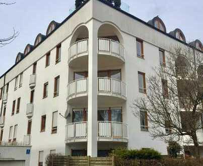 Stilvolle, vollständig renovierte 3-Zimmer-Wohnung mit Balkon und Einbauküche in Moosach, München