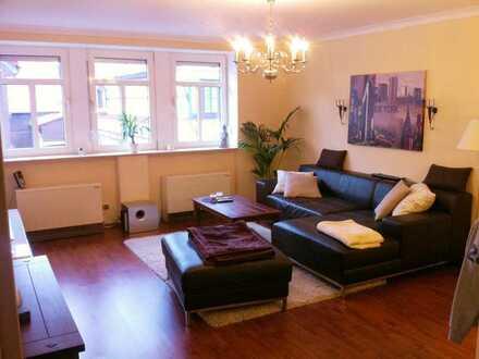 Eleganz mit Stuck, hochwertigen Bodenbelägen & Einbauküche. Schicke 3-Zimmer Wohnung in Erlensee.