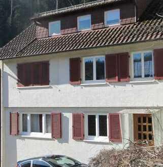 Charmantes Zweifamilienhaus mit schönem Garten und vielfältigen Optionen.
