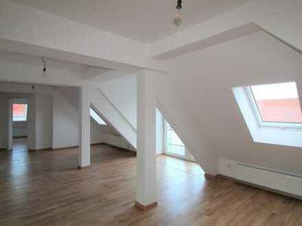 Erstbezug im Dachgeschoss: außergewöhnliche 3-Zi.-Whg. mit Balkon
