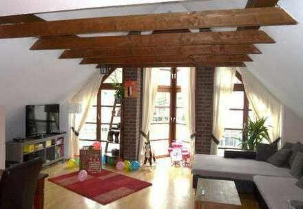 Gemütliches Obergeschoß in einem Wohn- und Geschäftshaus mit eigenem Eingang und Balkon
