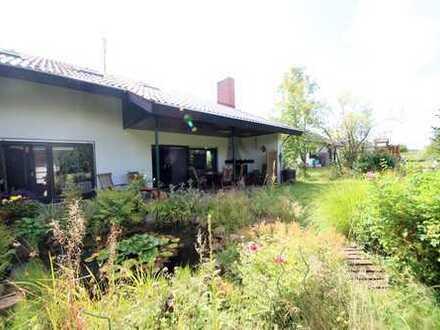 Eine echte Gelegenheit - Freistehendes Zweifamilienhaus in Feldrandlage...