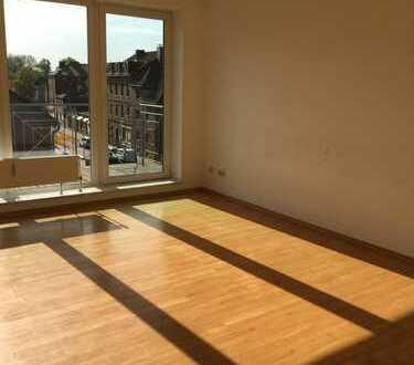 Helle 3-Zimmer-Wohnung mit bodentiefen Fenstern und 2 Balkonen im 3-Familienhaus