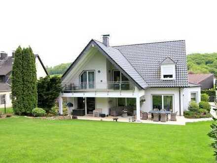 Große Wohnung in stilvoller Villa mit großzügiger Loggia
