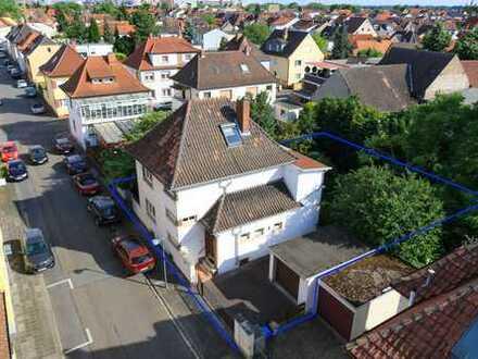 Freistehende Architektenvilla mit Traumgrundstück