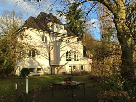 Charmante, großzügige Wohnung im Hochparterre einer imposanten Burgberg-Villa