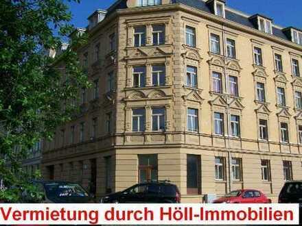 Höll-Immobilien vermietet Schöne 4-Raumwohnung mit Balkon im Paulusviertel.