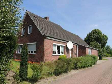Schönes Einfamilienhaus im Friesenstil direkt am Kanal! Ca. 7.250 m² zusätzliches Grundstück!
