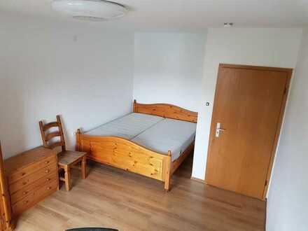 großes möbliertes Zimmer in renovierter Wohnung mit Doppelbett