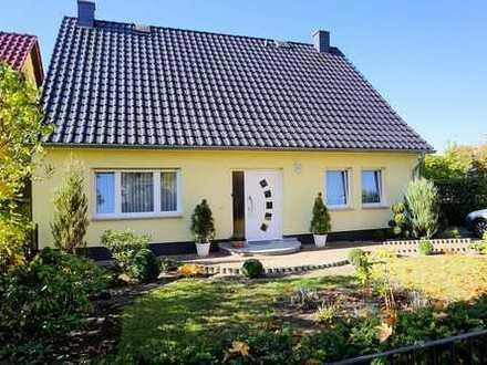 Ein Einfamilienhaus mit kleinem Gewerberaum zur Vermietung
