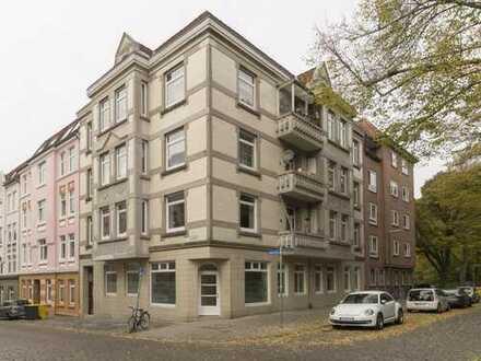 WG geeignet: 3-Zimmer Altbauwohnung mit Einbauküche