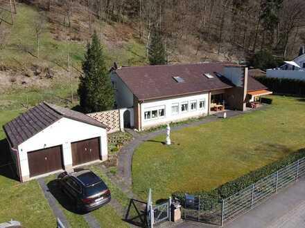 Freistehendes Zweifamilienhaus mit großem Grundstück in idyllischer Lage